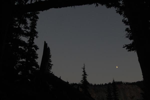 Salió la luna mientras íbamos caminando hacia Taylor Meadows