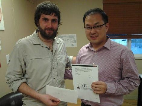 Con mi mejor amigo de ese momento Minsuk Choi, recibiendo el cheque.