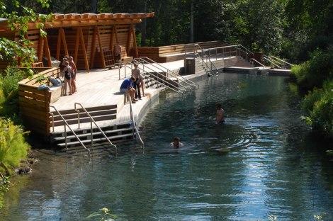 Descansa tu cuerpo con agua a 60 grados celsius en Liard Hor springs