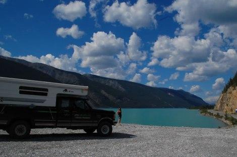 Llegando a Muncho Lake, foto obligada.