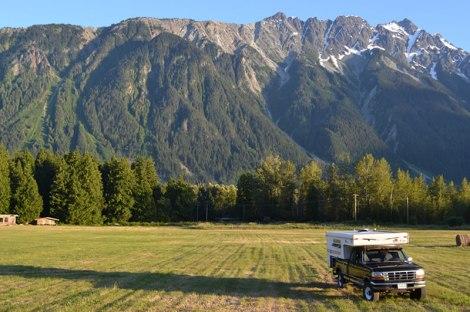 Piscola tirando pinta frente a Mount Currie