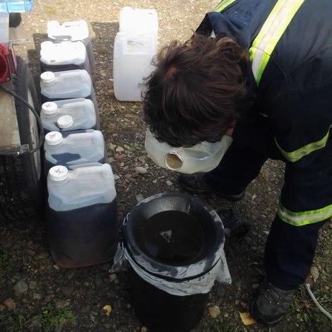 Ponemos la polera sobre el balde de 20 litros y prefiltramos el aceite
