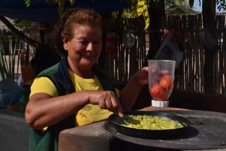 Doña Licha preparando el desayuno