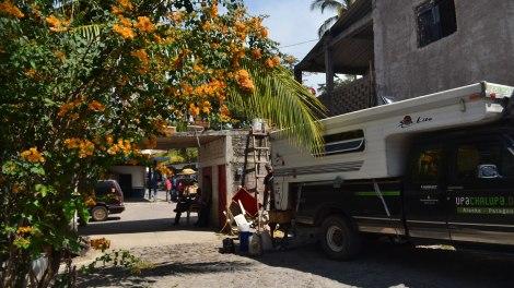 Conseguimos más aceite en Miramar y filtramos ahí mismo, afuera del Restaurant!