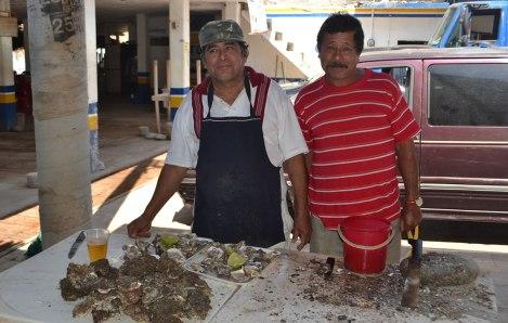 Don Víctor nos regaló ostiones de roca (como ostras) y el Gato nos regaló una chela de litro!! Muy buena onda!!