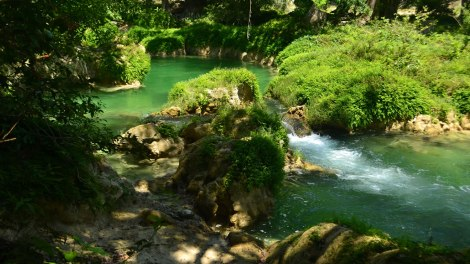 Caminamos hacia las cascadas bordeando este río