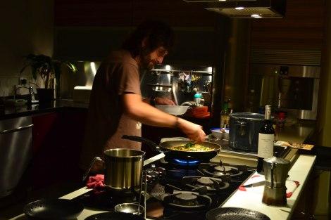 Vic cocinando un rico pad-thai