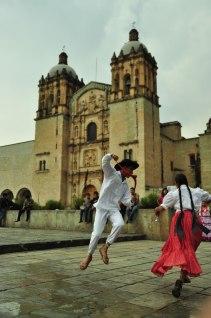 Baile al exterior de la Iglesia Santo Domingo
