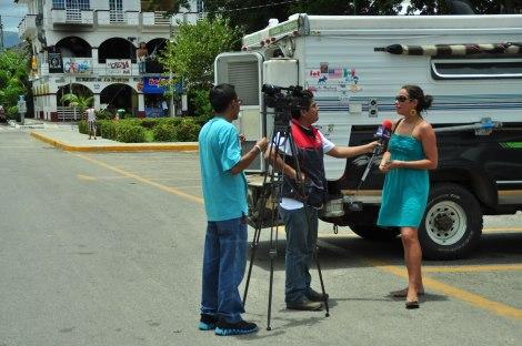TV Azteca nos interceptó en la plaza de La Crucecita