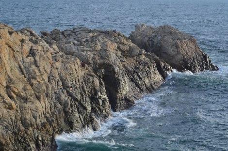 Los pescadores nos dejaron con la boca abierta al mostrar su habilidad para pescar desde las inclinadas rocas