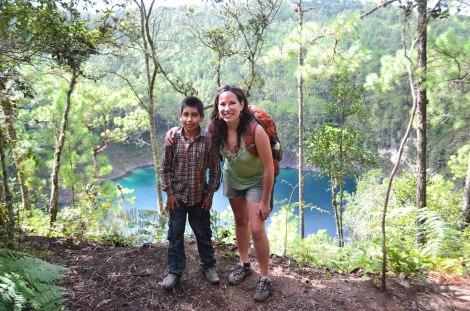 Atrás el cenote azul y nuestro guía Fernando