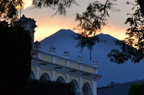 Vista del Volcán Acatenango desde la Gran Plaza de Antigua