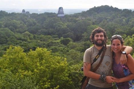 Vista de la selva y las puntas de un par de pirámides, desde el Templo IV - Tikal