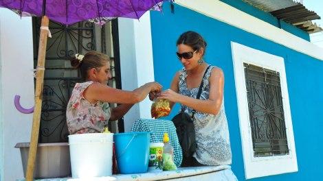 Comprando mango verde en El Refugio
