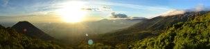 Panorámica desde la entrada del parque. Volcán Izalco a la izquierda, volcán Santa Ana a la derecha. Al fondo, a lo lejos, el Océano Pacífico
