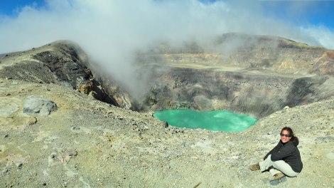 El premio después del trekking! La laguna esmeralda en su cráter