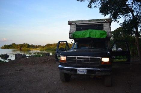 Aquí acampamos en Granada, al fondo del Parque Turístico, donde hay unos restoranes y un cuidador. Es a la orilla del lago Nicaragua y tenía una vista bien linda, pero muchos mosquitos...