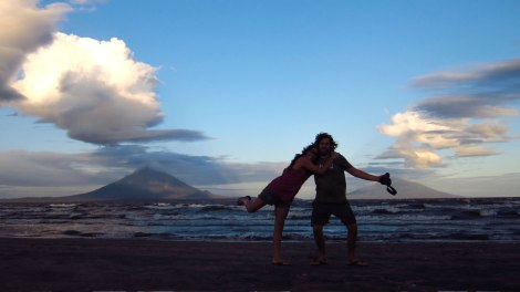 Desde San Jorge, la tarde antes de embarcar. Atrás isla de Ometepe formada por sus 2 volcanes: Concepción (izquierda) y Madera (derecha)