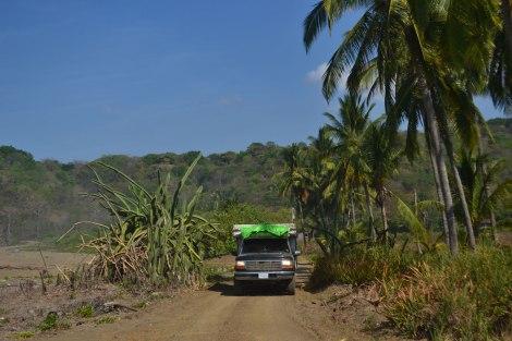 Manejando por la Península de Nicoya, donde algunos caminos se mezclan con la playa