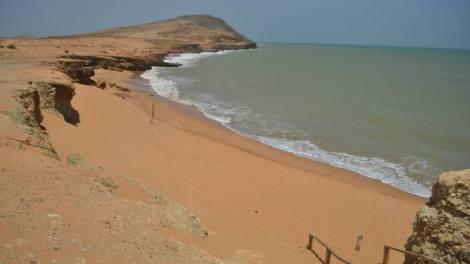 Buscamos el Pozón, pero al parecer con la aridez y poca lluvia éste desapareció y también visitamos el Pilón de Azúcar que tiene una playa hermosísima de arenas rosadas.