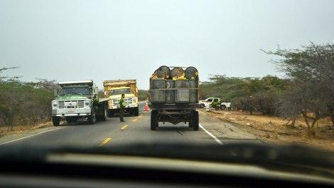 Camiones como este abundan en la frontera, cargaditos hasta decir basta de combustible!