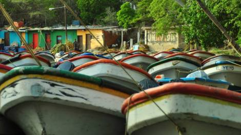 Lanchas en Puerto Colombia, el pueblo al lado de Playa Grande