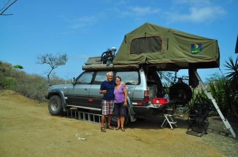 Chris y Mick de Inglaterra y su Land Cruiser con carpa en el techo.