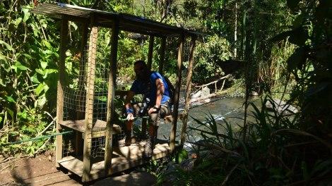 Cruzando el río en este carrito al comiezo de la caminata.