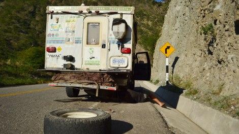 Un pinchazo que no pudimos evitar. Hubo un derrumbe en el camino y venía un camión en contra... de las malas sorpresas :(